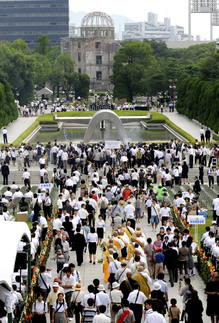 Image: People gather to pray for atomic bomb victims in front of the altar at the Peace Memorial Park in Hiroshima