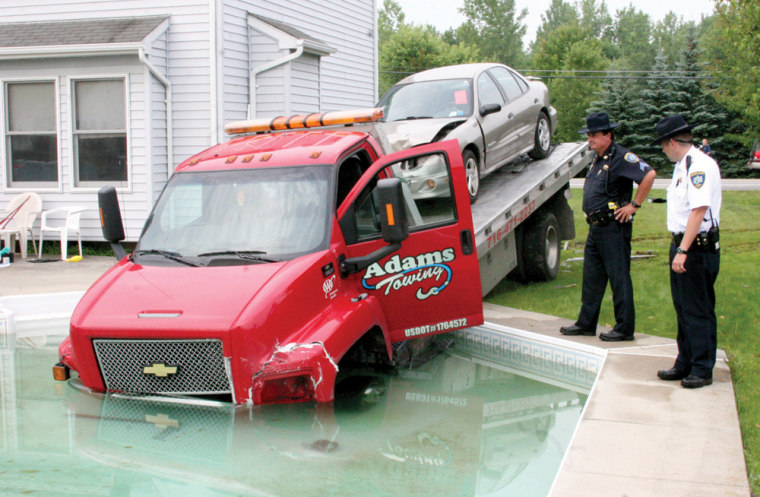Image: Tow truck in swimming pool