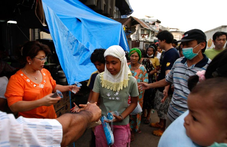 Image: Indonesian earthquake survivors line up for food