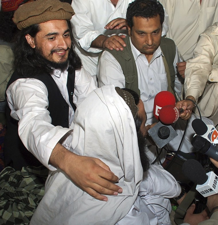 Image: File photo of Pakistan Taliban commander Hakimullah Mehsud with his arm around Taliban chief Baitullah Mehsud during a news conference in South Waziristan