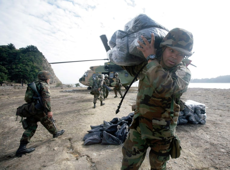 Image: Soldiers unload aid
