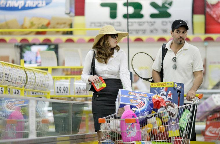 Image: Israeli actors mimic the Hamas assassination in Dubai for a supermarket commercial