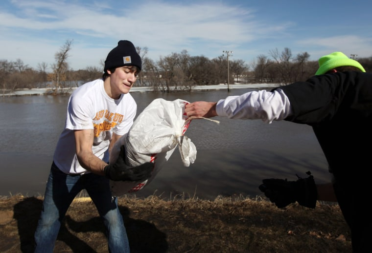 Image: Young ment moving sandbags in Fargo