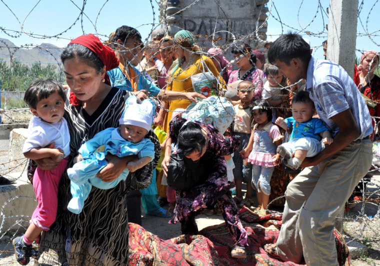 Image: Ethnic Uzbek refugees cross the Kyrgyz-Uzbek border on their way back to Kyrgyzstan