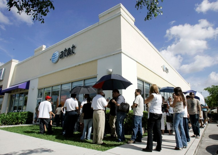 Image: Line of people at AT&T store