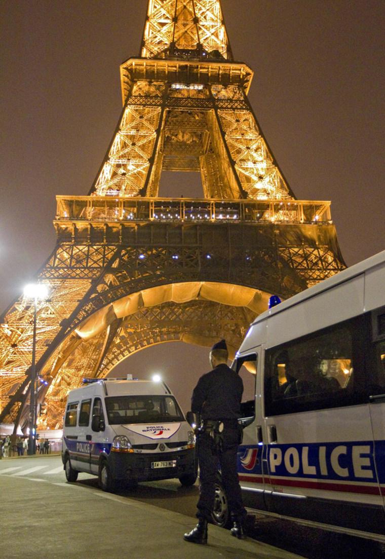 Image: Paris Eiffel Tower bomb alert