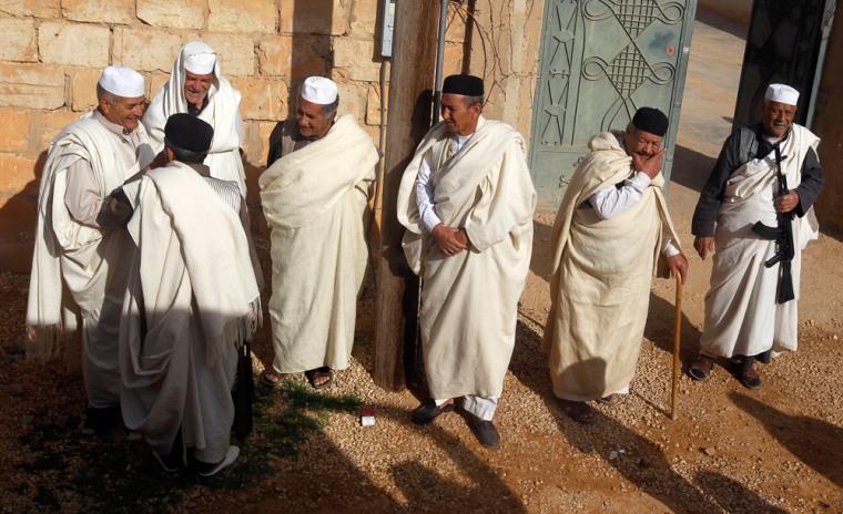 Image: Members of the influential Libyan Warfallah tribe, loyal to Libya's leader Muammar Gaddafi, stand on the outskirts of Bani Walid
