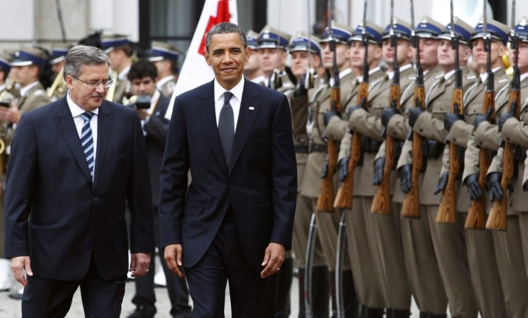 Image: U.S. President Obama takes part in an arrival ceremony with Polish President Komorowski at the Presidential Palace in Warsaw