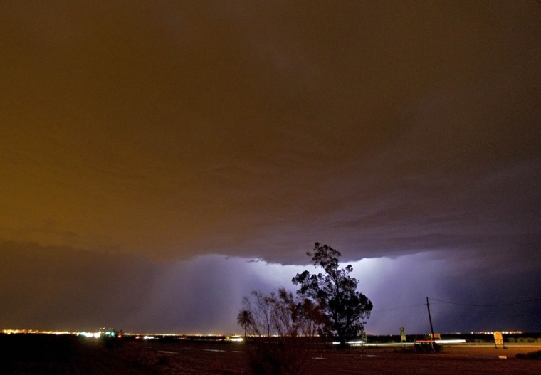 Image: Lightning reveals a large layer of dust in the sky in Gilbert, Ariz