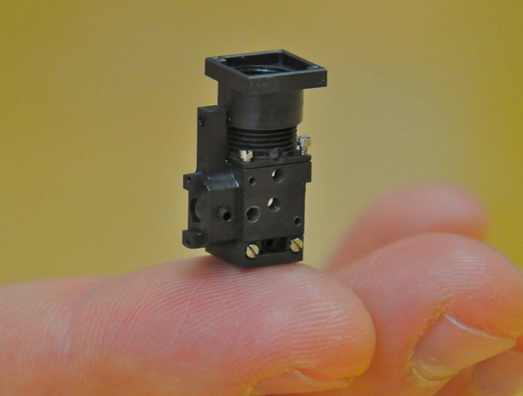 Thispowerful mini microscope fits on the tip of a human finger, and a mouse's head.