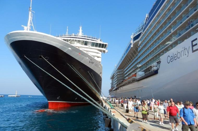 Image: Cruise ship docked