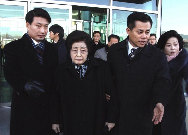 Image: Lee Hee-ho, the wife of former South Korean President Kim Dae-jung, center, arrives at Kaesong, North Korea,