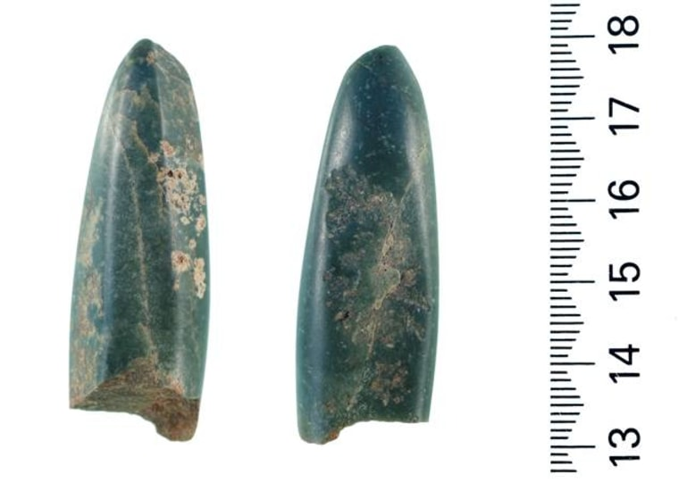 A composite photo of the front and back of the jade gouge shown with a centimeter scale.