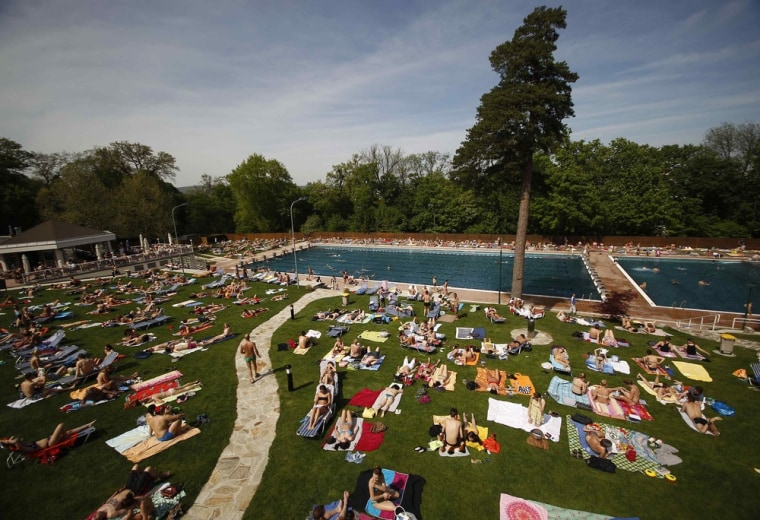 Image: People visit the public swimming pool Schoenbrunner Bad  in Vienna