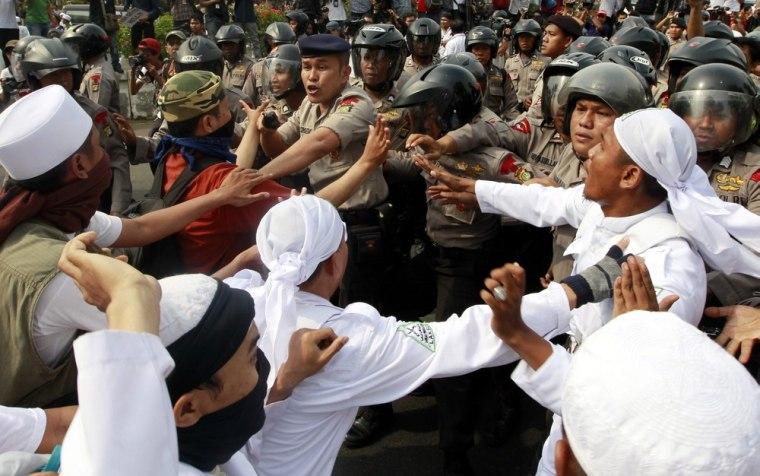 Image: Muslims protest against US-made anti-Islam film