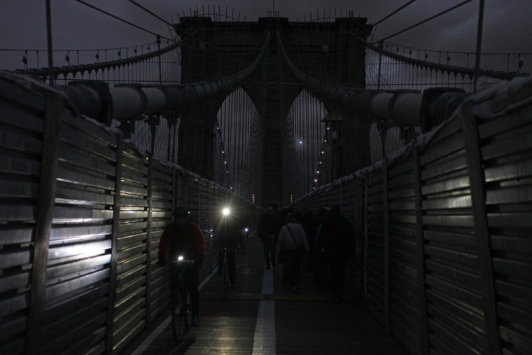 Image:Pedestrians and cyclists cross the Brooklyn Bridge