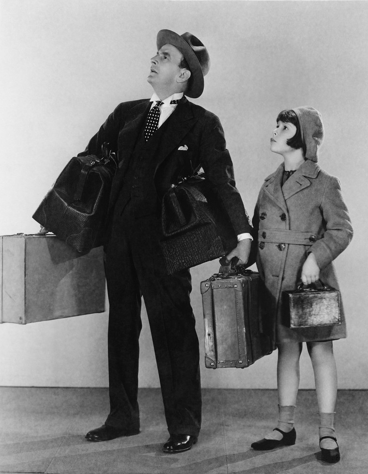 Father and daughter with luggage (EV004101_H)
