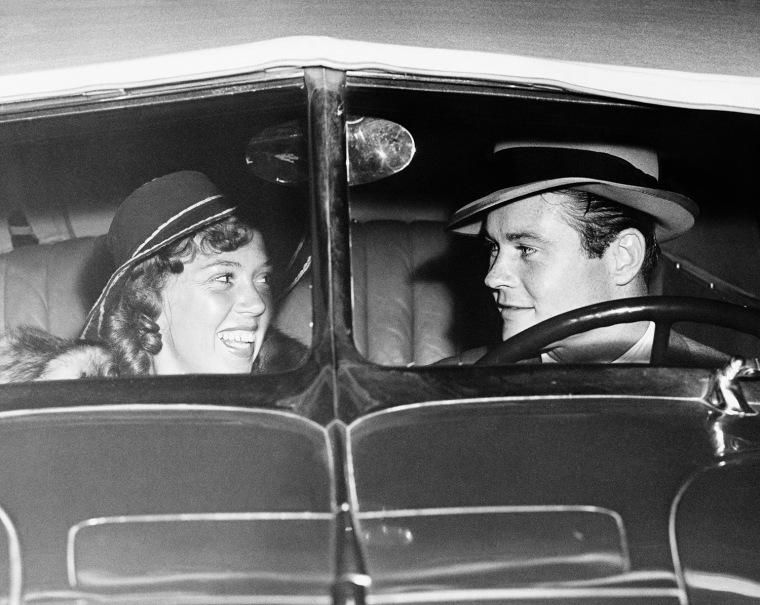 Happy couple in antique car (EV004692_H)