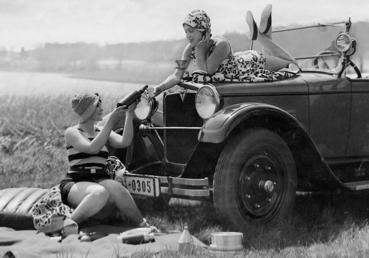 Frauen beim Picknick, 1928, Zwei Frauen machen bei einer Ausflugsfahrt ein Picknick. Eine der Frauen liegt auf der K hlerhaube des Autos die andere sitzt daneben auf einer Decke. 01.01.1928-31.12.1928|, Deutschland | Germany, SZ Photo / Scherl/Sueddeutsche Zeitung Photo/Everett Collection(12903)