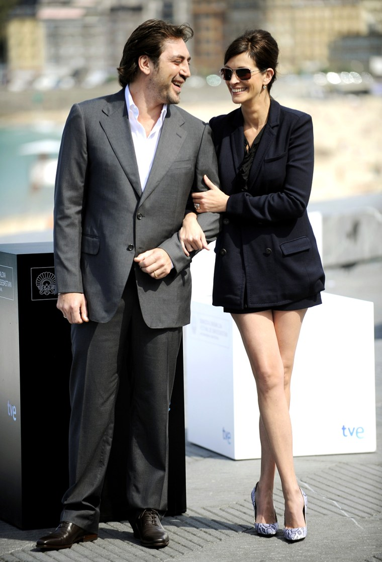 """Image: Actors Roberts and Bardem pose during a photo shoot to promote the film """"Eat Pray Love"""" in front of Zurriola Beach during the 58th San Sebastian Film Festival"""