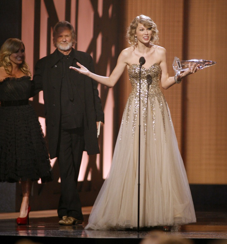 Image: Singer Taylor Swift accepts the Female Vocalist of the Year award at the 43rd annual Country Music Association Awards in Nashville