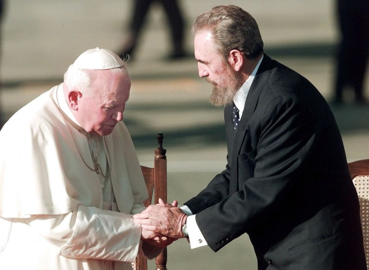 Pope John Paul II shakes hands with Cuba