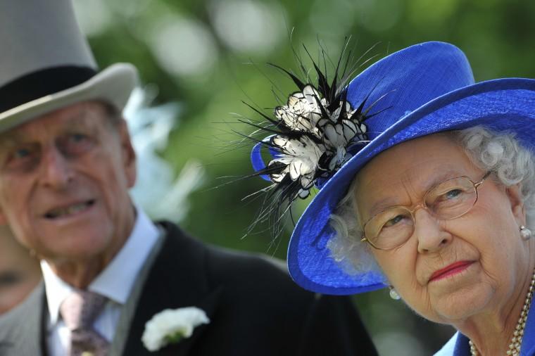 Image: Britain's Queen Elizabeth II (R) and Pri