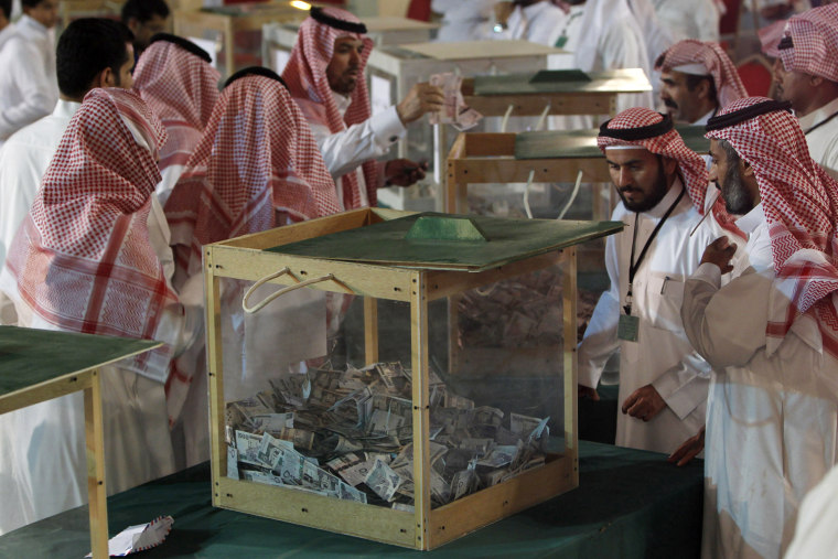 Image: Men make donations, to help the people of Somalia, in Riyadh