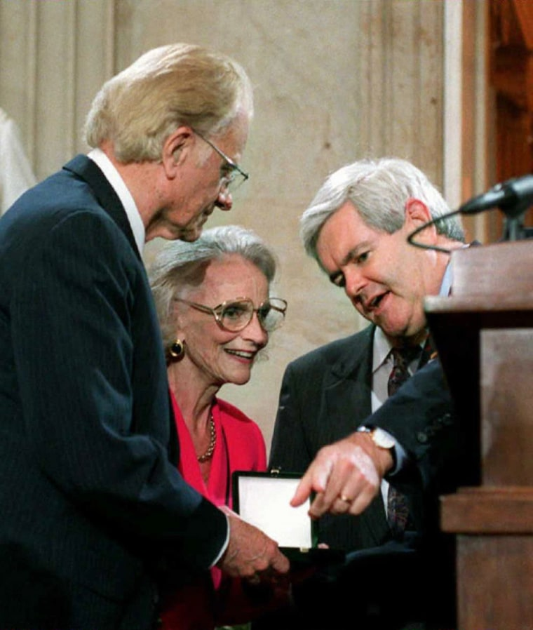 Image: US Speaker of the House Newt Gingrich presents Eva