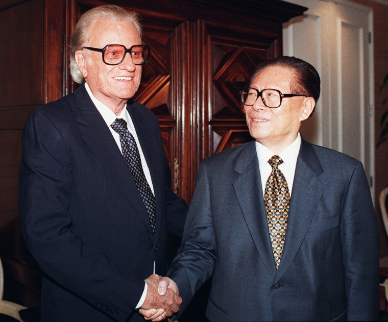 Image: Chinese President Jiang Zemin (R) shakes hands wit
