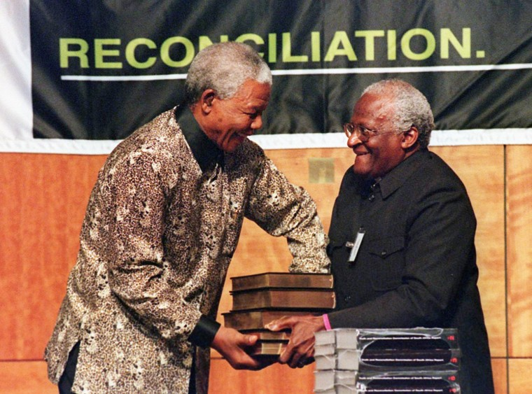 South African President Nelson Mandela (L) receive