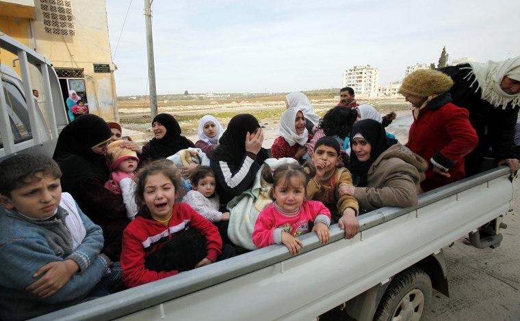 Image: Syrians flee the city of Idlib