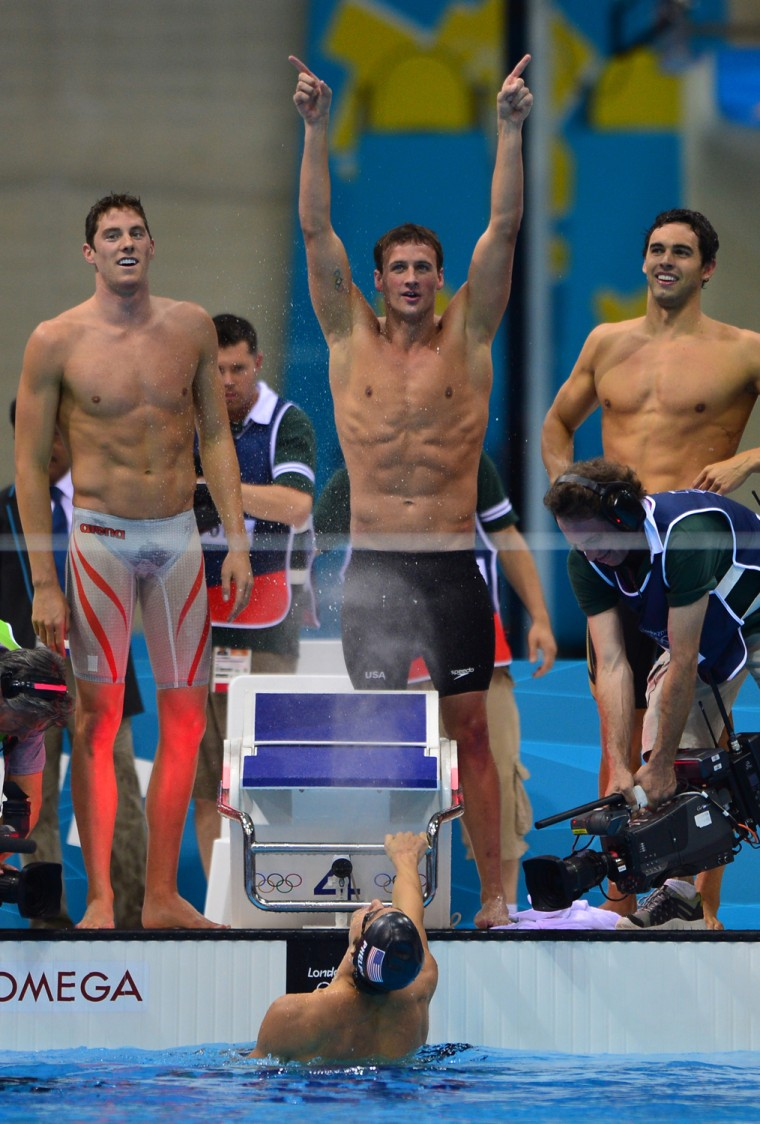 Image: US swimmers Ryan Lochte (C), Conor Dwyer