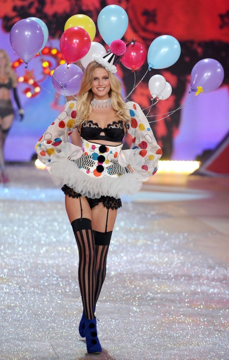 Image: Victoria's Secret 2012 Fashion Show Runway - Show