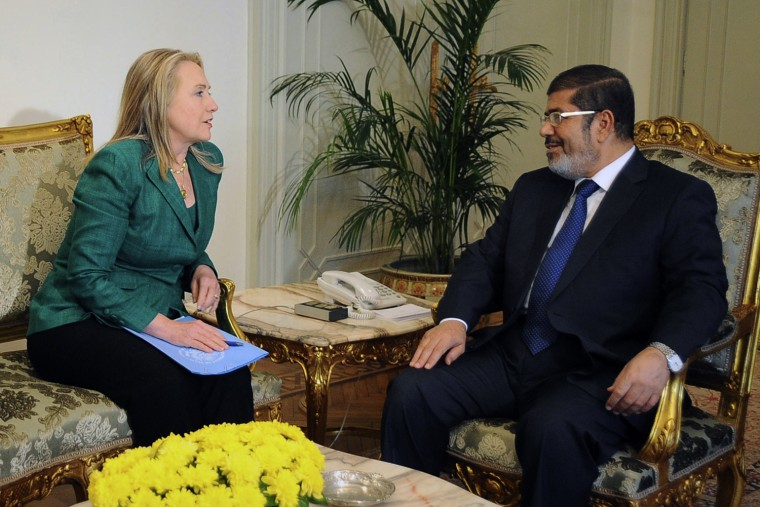 Image: US Secretary of State Clinton and Egypt's President Mursi meet at the presidential palace in Cairo