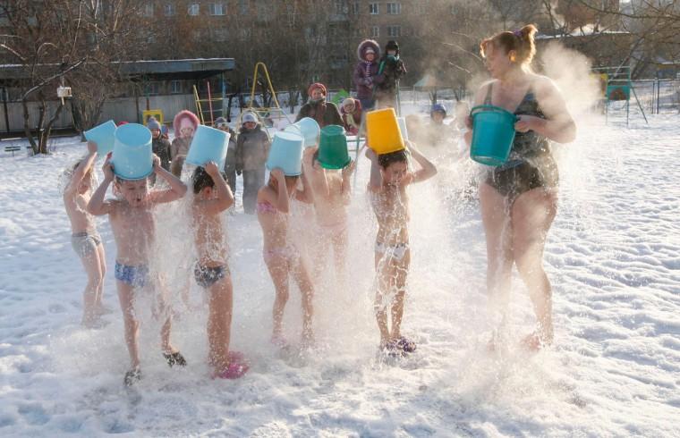 Image: Children pour cold water on themselves during regular exercises in Krasnoyarsk