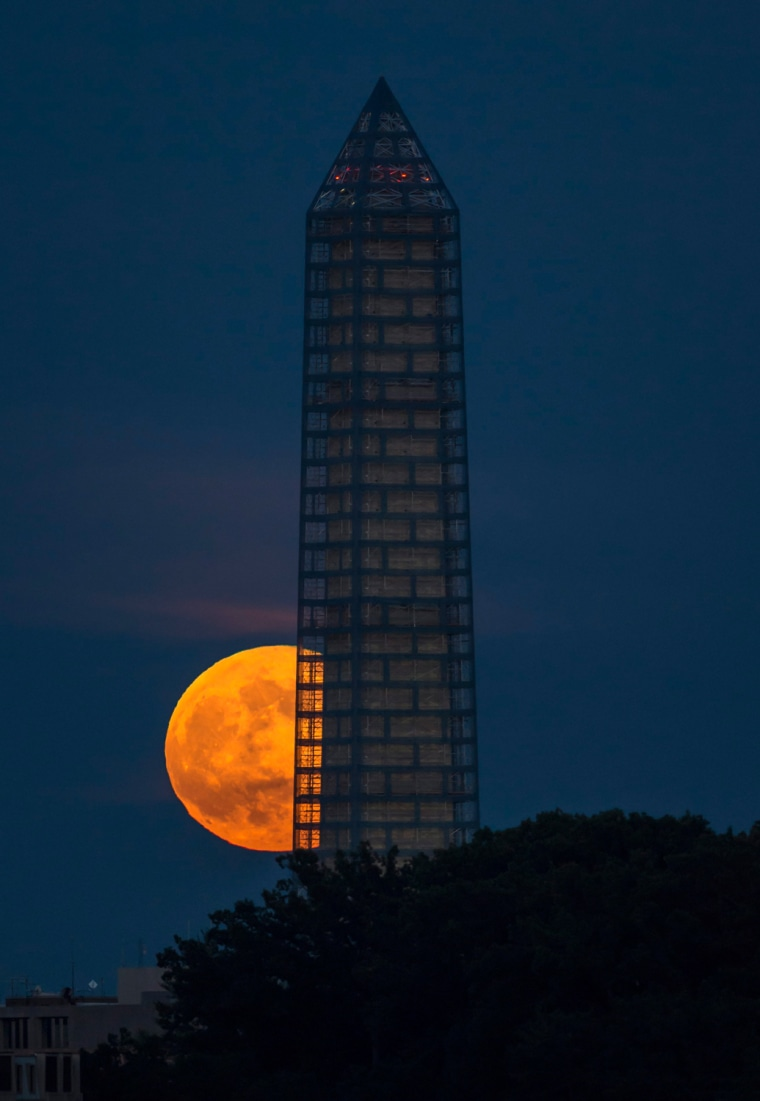 Image: A supermoon rises behind the Washington Monument