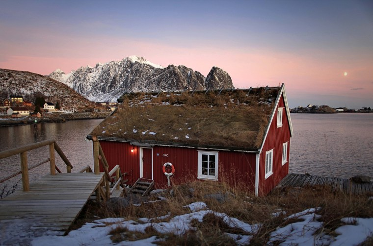Typical red rorbu huts Reine - Lofoten - 2014-03-19_240084_sense-of-place.jpg