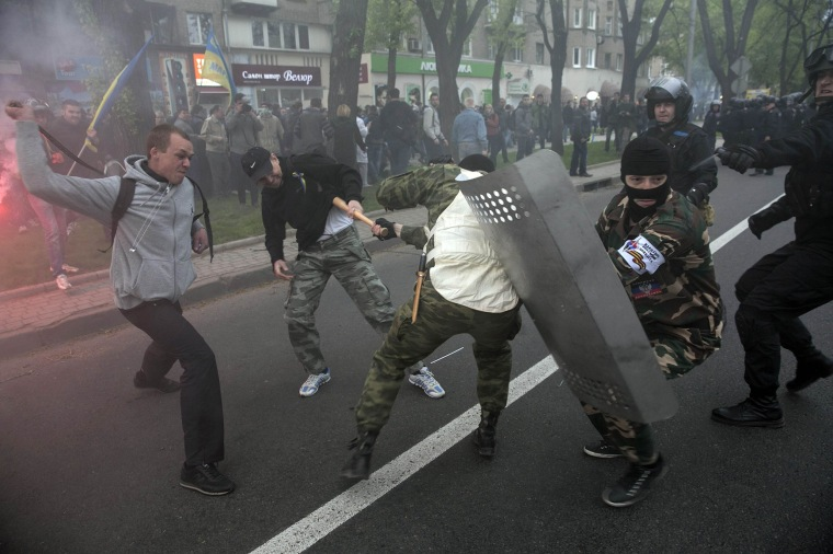 Image: Pro-Russian and pro-Ukrainian supporters clash during a pro-Ukrainian rally in Donetsk