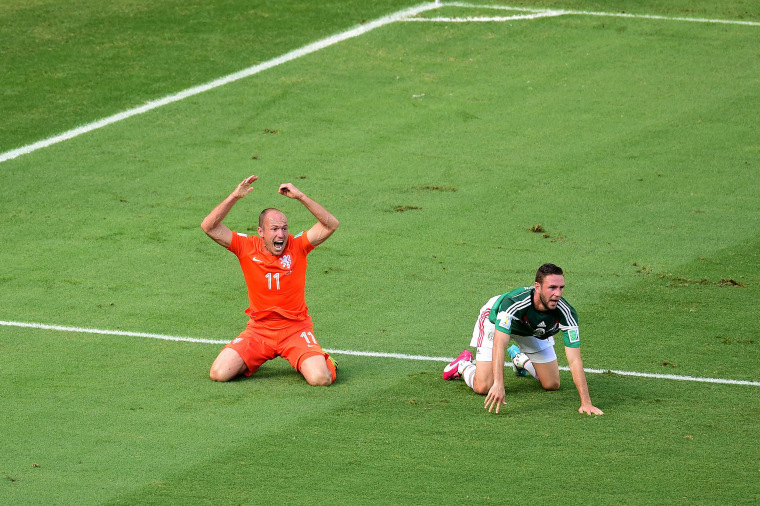 Image: TOPSHOTS-FBL-WC-2014-MATCH51-NED-MEX