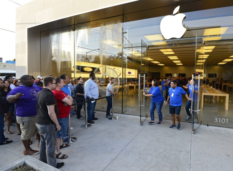 Image: Apple iPhone 6 and iPhone 6 Plus go on sale in USA