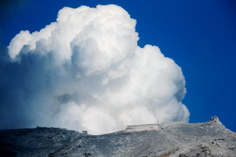 Image: Mt Ontake erupts