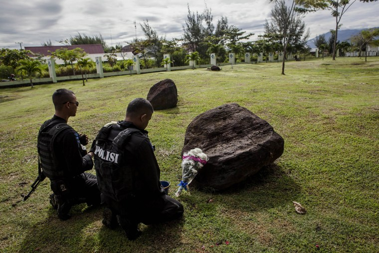 Image: Locals Gather To Commemorate The Deceased 10 Years After Indian Ocean Tsunami