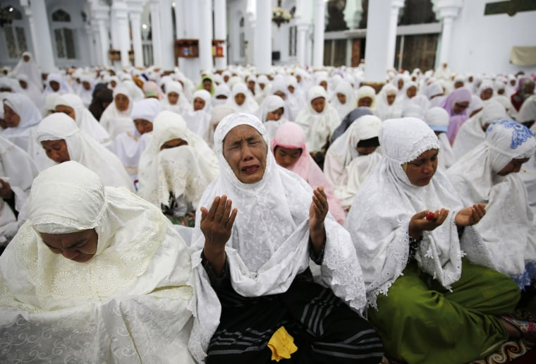 Image: Acehnese women attend a mass prayer for the 2004 tsunami victims at Baiturrahman Grand Mosque in Banda Aceh