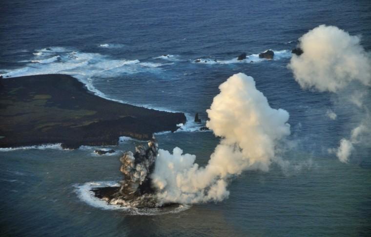 Image: Japan hopes new land near Nishinoshima to expand territorial waters