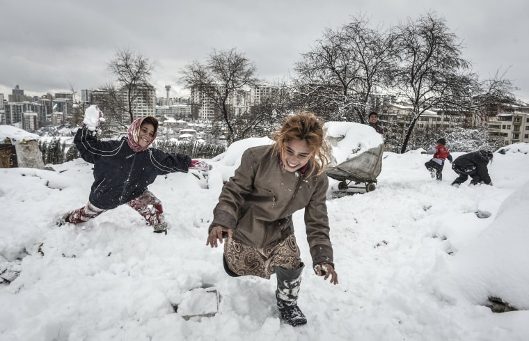 Image: A group of Syrian refugees struggle with cold in Ankara