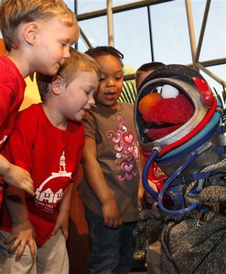 APTOPIX Elmo Smithsonian Planetarium