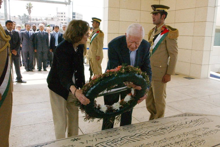 Carter Visits Arafat Tomb In West Bank
