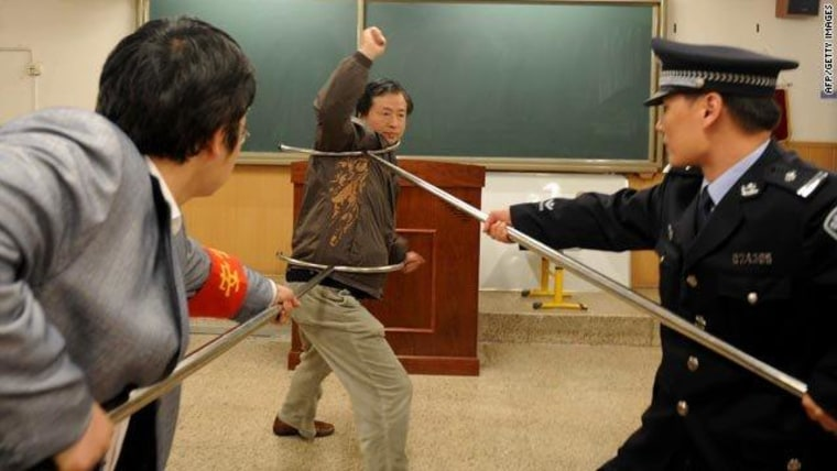 Demonstrating a defense against a knife- or hammer-wielding attacker in China.