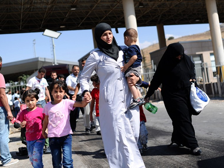 Image: Syrian refugees arrive in Turkey